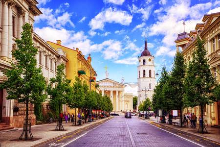 ヴィリニュス、リトアニア、人気のショッピング、レストランの場所のメイン ・ ストリート、ゲディミナス通りから見た大聖堂の広場