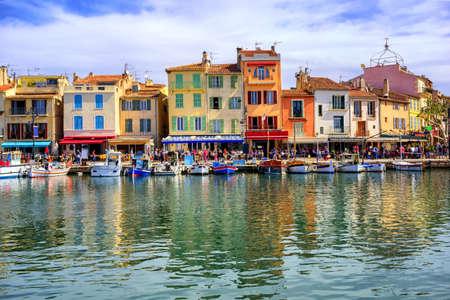 Kleurrijke traditionele huizen op de promenade in de haven van Cassis stad, Provence, Frankrijk Stockfoto