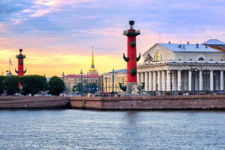 Oude Sint-Petersburg Stock Exchange, Rostral Columns en gouden spits van de Admiraliteit Gebouw aan de Neva rivier op zonsondergang, Rusland