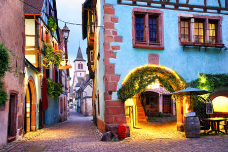 Alsatian 와인 경로, 알자스, 프랑스에 Riquewihr 마에서 전통적인 다채로운 주택과 Picturesque 거리 스톡 콘텐츠
