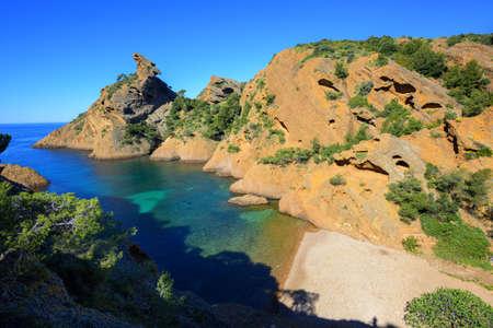 la: Calanque de Figuerolles near Marseilles with distinctive rock The Lion, blue water lagoon and beautiful beach, La Ciotat, Provence, France