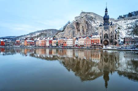 シタデル、教会と冬にベルギーのディナンにムーズ川