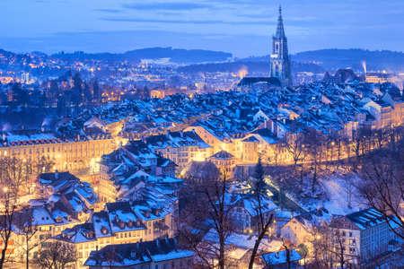 Oude stad van Bern, hoofdstad van Zwitserland, bedekt met witte sneeuw in de avond blauwe uur Stockfoto