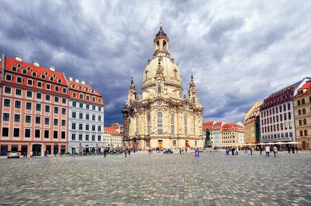 Die Dresdner Frauenkirche ist eine lutherische Kirche in Dresden, Sachsen, Deutschland. Es wurde bei der Bombardierung im Zweiten Weltkrieg zerstört und nach der Wiedervereinigung Deutschlands wieder aufgebaut.