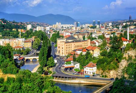 Luchtfoto van Sarajevo, de hoofdstad van Bosnië en Herzegovina, met de Latijnse brug, de Miljacka-rivier, de nationale bibliotheek en de moderne stad