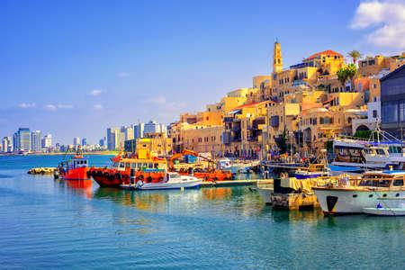 Oude stad en haven van Jaffa en moderne skyline van Tel Aviv stad, Israël