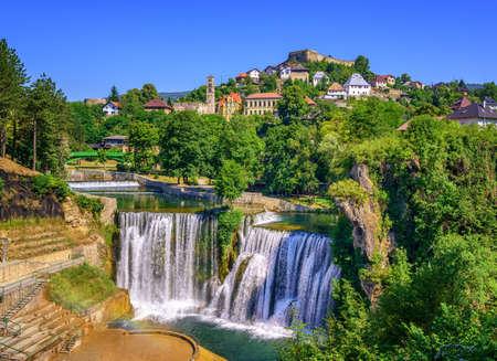 Città Jajce in Bosnia ed Erzegovina, famosa per la bellissima cascata Pliva Archivio Fotografico - 75608254