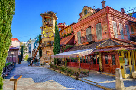 De oude stad van Tbilisi, Georgië, met het sprookje Clock Tower van poppentheater Rezo Gabriadze