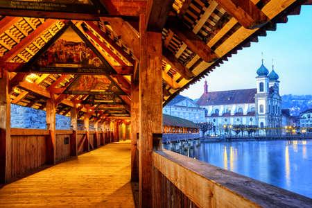 Luzern, Zwitserland - 28 december: Historische Kapelbrug, versierd met middeleeuwse schilderijen, is de oudste houten overdekte brug in Europa. Oude stad van Luzern, Zwitserland, op 28 december 2015 Redactioneel