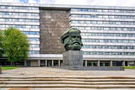 CHEMNITZ, 독일 -4 월 22 일 : 전 칼 - 마르크스 - Stadt에서 40 톤 청동 칼 마르크스 기념물 세계에서 가장 큰 흉상입니다. 2015 년 4 월 22 일, 켐 니츠, 독일 스톡 콘텐츠