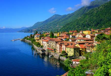 Dziejowa miejscowość turystyczna miasteczka Cannero Riviera na Lago Maggiore jeziorze, Alps góry, Włochy