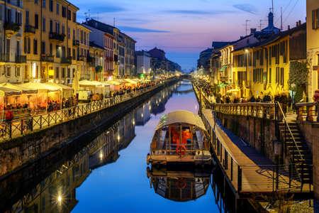 La città di Milano, Italia, il canale Naviglo Grande è un popolare illuminato in tarda serata