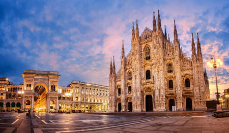 밀라노 대성당, 두오모 디 밀라노, 이탈리아, 일출에 세계에서 가장 큰 교회 중 하나