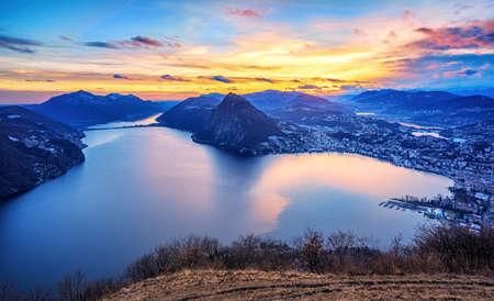 Dramatischer Sonnenuntergang über dem Luganersee in den Schweizer Alpen, Tessin, Schweiz Standard-Bild
