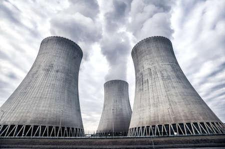 La fumée blanche provenant des tours de refroidissement de la centrale nucléaire de Temelin, République Tchèque, Europe