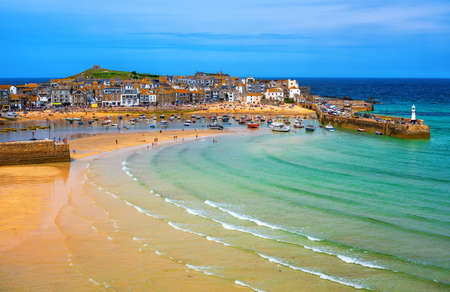Picturesque St Ives, a popular seaside town with golden sand beach in Cornwall, England 免版税图像
