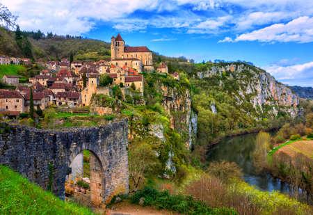 Casco antiguo medieval de Saint-Cirq-Lapopie, uno de los pueblos más bellos de Francia (Les Plus Beaux Villages), situado en roch en el valle del río Lot Foto de archivo