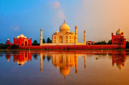 Taj Mahal, Agra, India, op een dramatische zonsondergang in moessonseizoen
