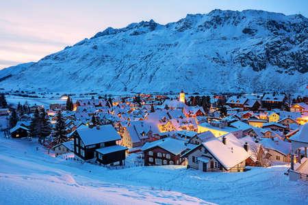 Andermatt-Dorf in den Schweizer Alpen, Schweiz, ist ein beliebter Wintersportort sport