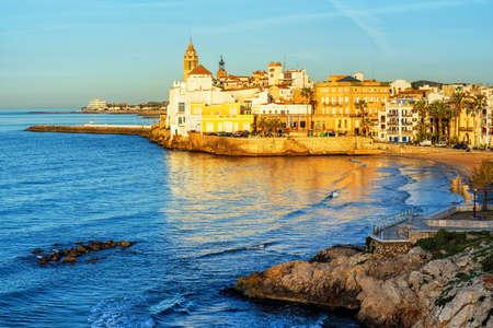 Sitges, España, una histórica ciudad turística en la Costa Dorada, la costa del mar Mediterráneo, cerca de Barcelona al amanecer.