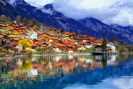 Vieille ville d'Oberried, Brienz, Interlaken et montagnes brumeuses des Alpes se reflétant dans le lac, Suisse Banque d'images