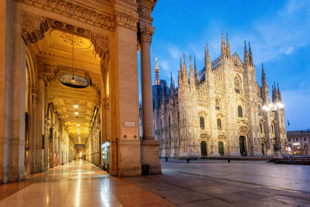 Mailand, Blick auf den gotischen Dom und das Einkaufszentrum Galleria Vittorio Emanuele II an einem frühen Morgen, Italien. Mailand ist sowohl für seine Kultur als auch für seine Einkaufsmöglichkeiten bekannt.