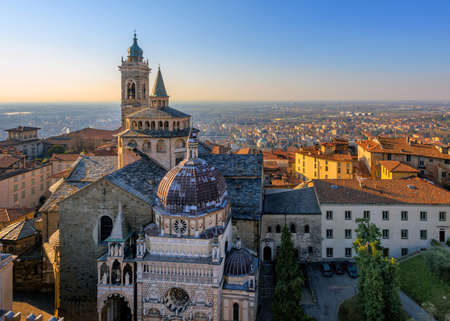 Panoramablick auf Bergamo Upper Old Town mit Kathedrale, Lombardei, Italien