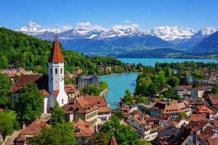 Historical Thun city and lake Thun with snow covered Bernese Highlands swiss Alps mountains in background, Canton Bern, Switzerland 版權商用圖片