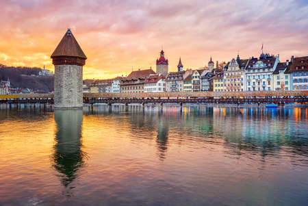 Dramatic sunset over historical Lucerne Old town, wooden Chapel bridge and Reuss river, Switzerland Imagens