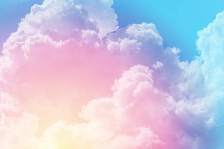 색깔의 파스텔과 태양과 구름 배경입니다.