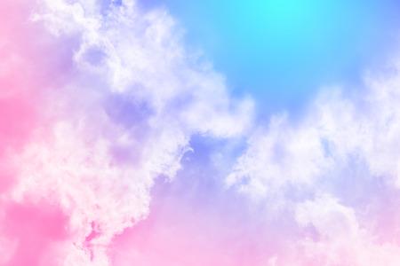 Słońce i chmury w tle z pastelami kolorowy