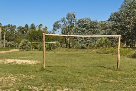 amateur: campo de fútbol con las metas de madera. Aficionado.