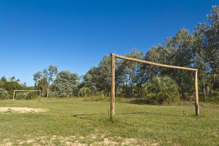 amateur: campo de f�tbol con las metas de madera. Aficionado.