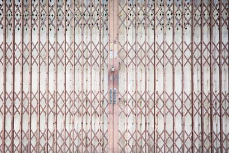rejas de hierro: rejilla met�lica deslizante puerta con candado y mango de aluminio Foto de archivo