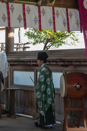 Fukuoka, Japan - 14 januari 2014; Priester van heiligdom Atago in Fukuoka.
