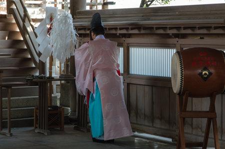 Shinto Priester die bij Atago Tempel Fukuoka, Japan bidt