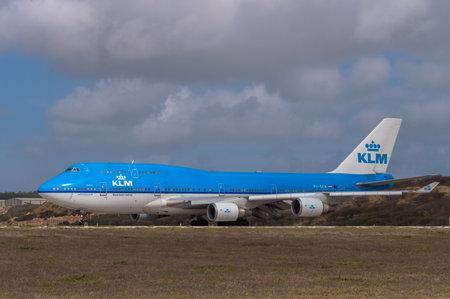boeing 747: Schiphol, Paesi Bassi - 11 giugno 2014: KLM Boeing 747 aereo di atterraggio all'aeroporto di Schiphol, vicino Amsterdam nei Paesi Bassi. Editoriali
