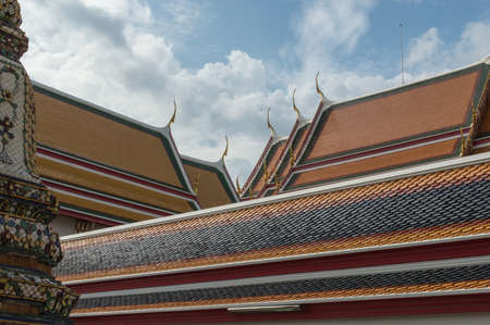 wat pho: Roof of the temple Wat Pho in Bangkok, Thailand