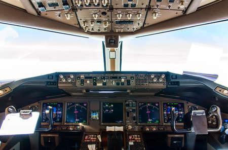 Detail van Cockpit controleert inflight van een commercieel vliegtuig