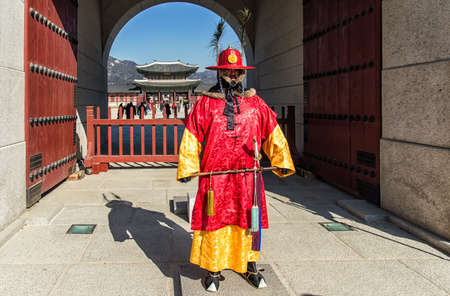 guardia de seguridad: Se�l, Rep�blica de Corea - 6 febrero 2016: Un guardia real de pie delante de la puerta principal del palacio de Gyeongbokgung, situada en el norte de Se�l. Editorial