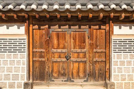 portones: puertas tradicionales coreanos en un día soleado