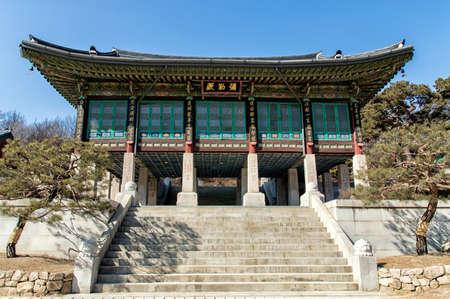 templo: La ornamentada arquitectura de Bongeunsa templo en Se�l, Corea del Sur. Foto de archivo