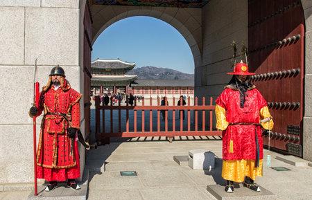 ソウル、韓国 - 2016 年 2 月 6 日: ロイヤルは景福宮とも呼ばれる景福宮でガードします。この王宮は、北部のソウルにあります。メインと最大の宮殿 報道画像