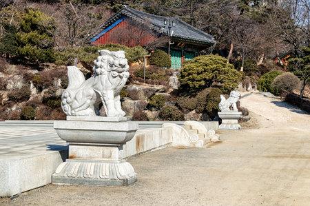 sien: Un le�n tallada en m�rmol blanco en el templo Bongeunsa, Se�l, Corea