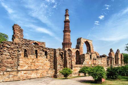 minar: Qutub Minar complex, Delhi, India Stock Photo