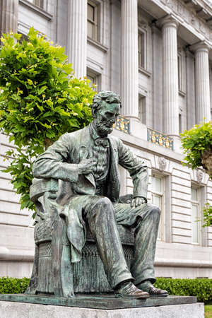 western usa: Abraham Lincoln statue in front of City Hall in San Francisco, California, western USA. Located in public space, created by sculptor Petro Mezzara (1826-1883).