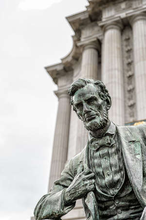 abraham lincoln: Abraham Lincoln statue in front of City Hall in San Francisco, California, western USA. Located in public space, created by sculptor Petro Mezzara (1826-1883).