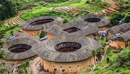 伝統的な土土楼中国の小屋、中国の福建省から画期的な観光名所。これらの大きな丸い小屋がまだ中に住んで今日客家人が。