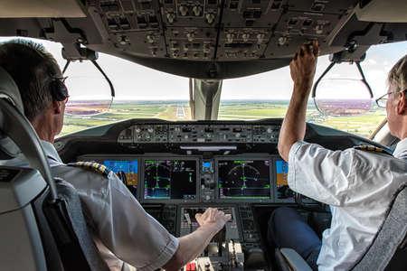 Pilote et copilote dans le plan commercial dans le cockpit, opération pilote avec le panneau de commande. Banque d'images
