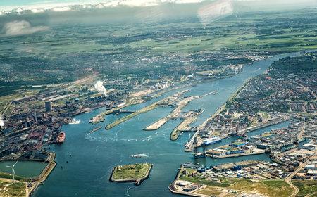 22.června 2016, IJmuiden, Nizozemsko. Letecký pohled na jezu v Noordzeekanaal s továrně výrobce oceli Tata Steel. Redakční